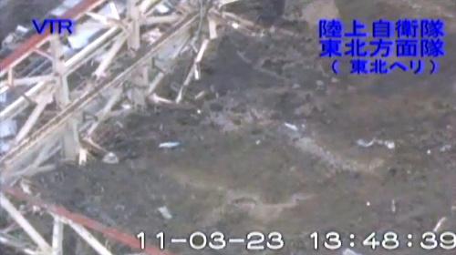 写真:福島第一原発1号機の建屋は屋根が崩れ落ちていた=23日、陸上自衛隊提供