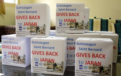 写真:「日本に恩返しを」と書かれた募金箱=フィリピン・セントベルナルド町提供