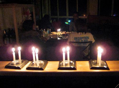 写真:停電中もロウソクを並べて営業する居酒屋=18日午後7時21分、前橋市千代田町2丁目の「集い屋」