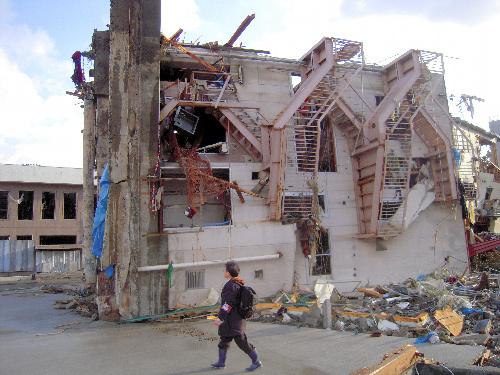 写真:基礎から倒れた4階建てビル。左側が下だった=宮城県女川町