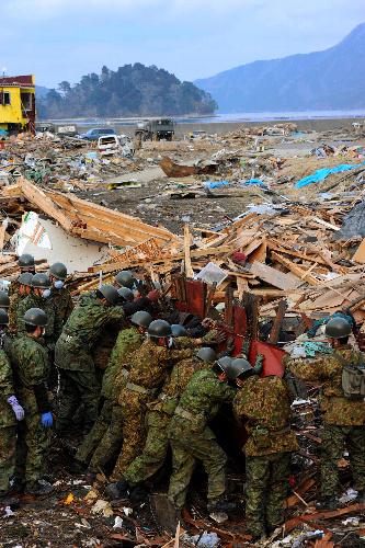 写真:岩手県山田町の海岸近くでは自衛隊員による行方不明者の捜索が続いていた=25日、相場郁朗撮影