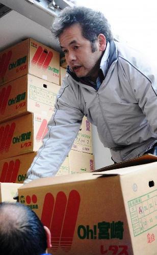 写真:積んできた支援物資をトラックから下ろす弥永睦雄さん=26日、宮城県南三陸町志津川、飯島写す