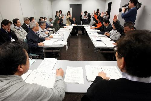 写真:避難所の「さいたまスーパーアリーナ」で始まった福島県双葉町の町議会臨時会=28日午前10時33分、さいたま市、竹谷俊之撮影