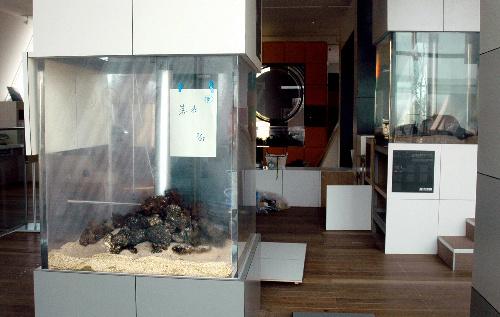 写真:魚が死んで水が抜かれた展示水槽=福島県いわき市小名浜のアクアマリンふくしま、西堀写す