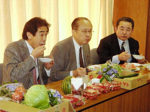 写真:野菜を食べる自民党の逢沢一郎国会対策委員長(左)ら=30日、東京都内の党本部、土佐茂生撮影