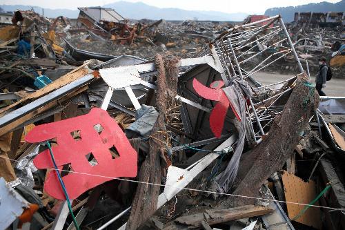 写真:津波で流された大槌町第2消防分団の火の見やぐら。「火」と「用」の字が残る=31日午後、岩手県大槌町、中田徹撮影