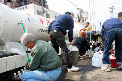 写真:福島県いわき市で給水活動をする支援隊=日本水道協会提供