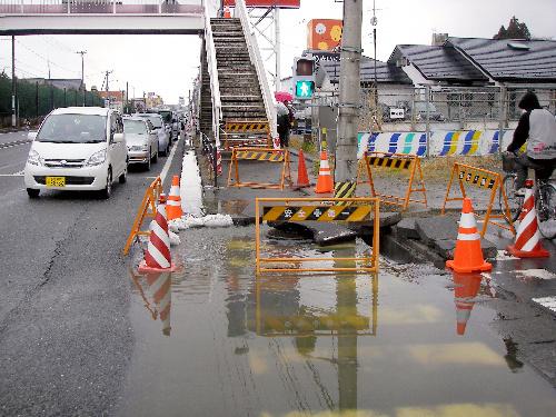 写真:宮城県多賀城市内では3月、マンホールから一時汚水があふれ出した=16日、多賀城市伝上山1丁目、同市提供