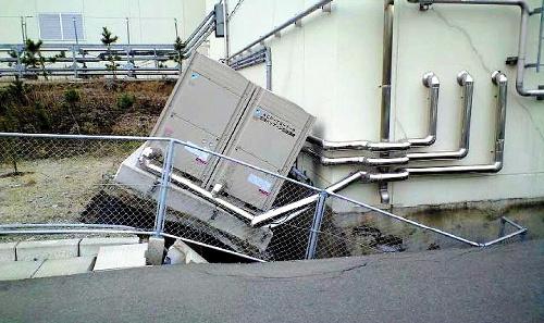 写真:地面が陥没して傾く設備=大強度陽子加速器施設J—PARC提供