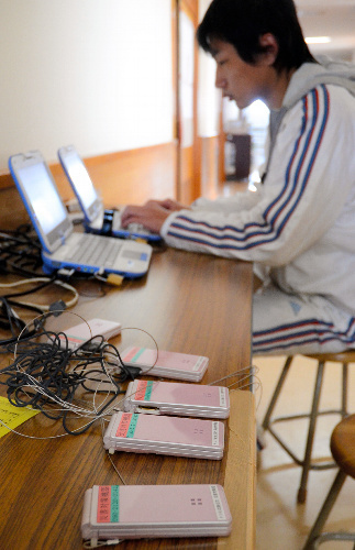 写真:東日本大震災の被災地では、無料でインターネットを利用できるパソコンの置かれた避難施設も見られた=3月23日、仙台市