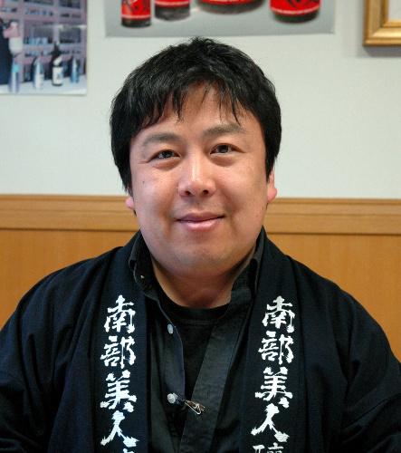 写真:「地酒を飲んで活力を送ってほしい」と話す久慈浩介さん=岩手県二戸市、京谷写す