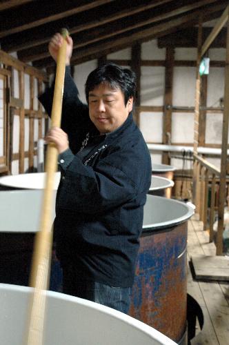 写真:仕込み作業をする久慈浩介さん=岩手県二戸市、京谷写す