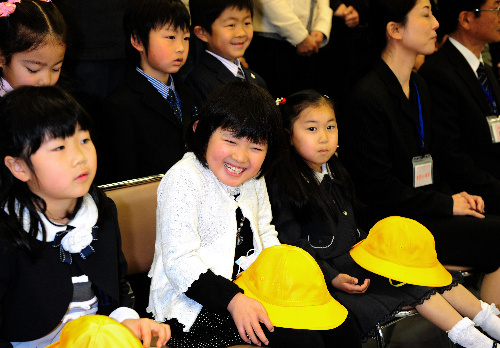 写真:4小学校合同の「入学を祝う会」に出席した後、記念撮影を待つ新入生=6日午前10時43分、福島県いわき市平、山本裕之撮影