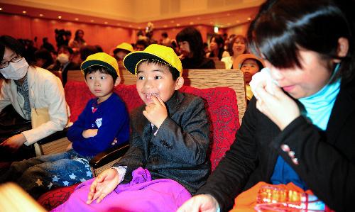 写真:4小学校合同の「入学を祝う会」に出席した緑川俊平君(中央)と母親の育子さん。育子さんは「入学式が出来るかどうか不安でしたが、無事に入学できてうれしい」と涙を流した=6日午前10時14分、福島県いわき市平、山本裕之撮影