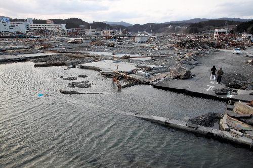 写真:地震で地盤沈下し、道路や家のあった場所は海面下に没していた=2日、宮城県南三陸町志津川、橋本弦撮影