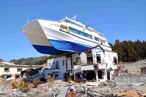 写真:民宿の上に乗り上げた観光船「はまゆり」=岩手県大槌町赤浜2丁目、菊地写す