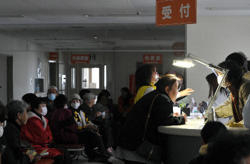 写真:余震による停電が続く中、病院へ診察に訪れた人たち=8日午前9時11分、岩手県釜石市、川村直子撮影
