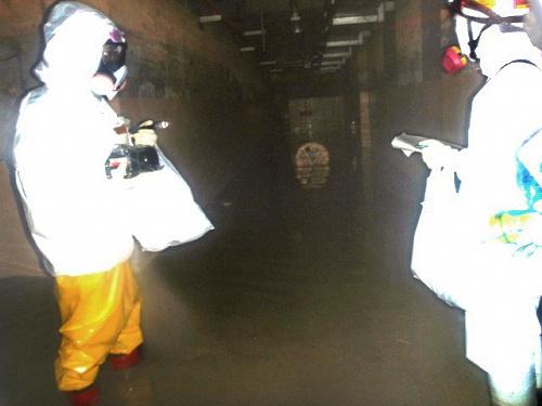 写真:高濃度の汚染水を入れる予定の集中廃棄物処理施設の地下2階。まだ30センチほどの水がたまっている=8日、福島第一原発、原子力安全・保安院提供