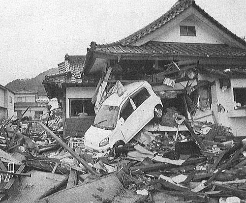 写真:水に流された車は、凶器となって家にめり込む/3月22日、岩手県大船渡市(photo 外岡秀俊)