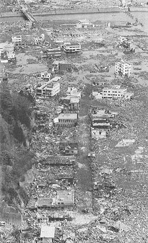 写真:津波は街も人々のくらしも一瞬にして流し去った/3月18日、岩手県大槌町(photo 朝日新聞社・安冨良弘)