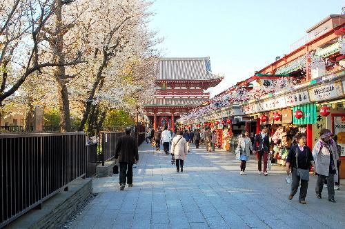 写真:人通りがまばらな東京・浅草の仲見世。この時期は例年、桜を楽しむ観光客でごった返すが、震災後は客足が減った=12日、東京都台東区、内藤写す