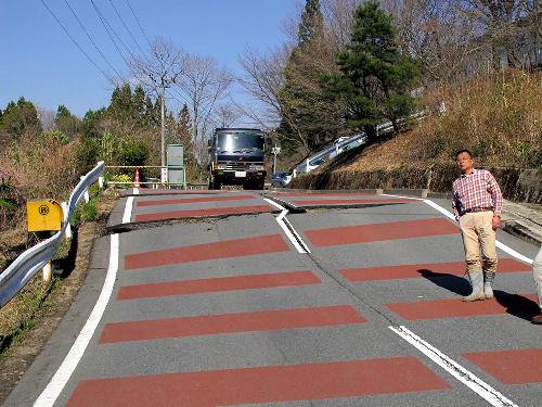 写真:断層によって、段差ができた道路=八木浩司山形大教授提供