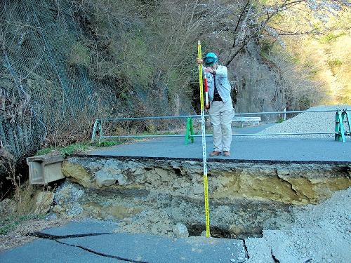 写真:道路に現れた断層=八木浩司山形大教授提供