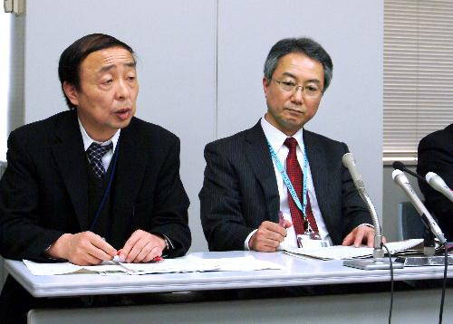 写真:会見で出荷の経緯を説明する千葉県安全農業推進課の奥倉努課長(右)ら=13日、同県庁