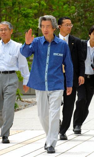 写真:沖縄の「かりゆし」姿のクールビズも。官邸に向かう小泉純一郎首相(当時)=2005年6月