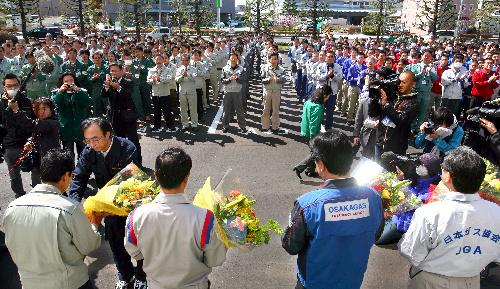 写真:応援部隊の解散式で、全国から集まったガス事業者の代表に花束が贈られた=17日午前9時38分、仙台市宮城野区幸町5丁目、高橋雄大撮影