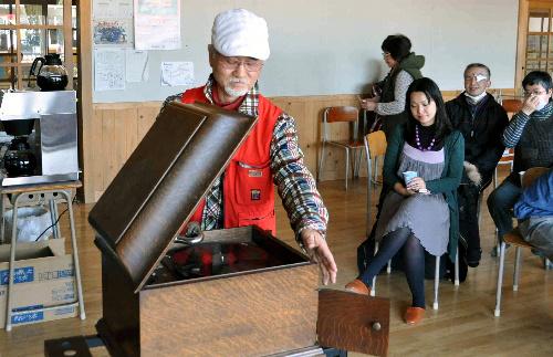 写真:蓄音機を前にした冨山勝敏さん=岩手県陸前高田市、緒方写す