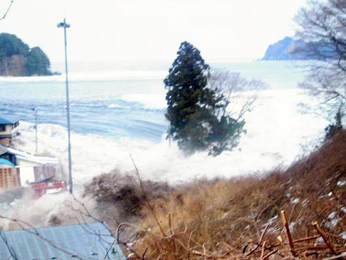写真:陸地まで激しい波が押し寄せた=3月11日午後3時18分ごろ、岩手県宮古市川代地区、大上幹彦さん撮影、岩手県立博物館提供