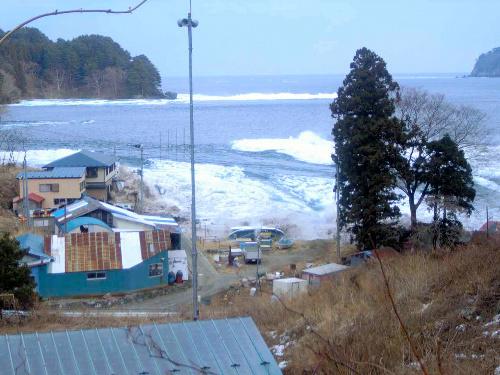 写真:すぐに激しい波が接近=3月11日午後3時18分ごろ、岩手県宮古市川代地区、大上幹彦さん撮影、岩手県立博物館提供