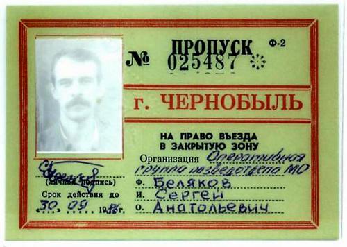 写真:ベリヤコフさんが1986年にチェルノブイリ原発で作業していた当時の、原発30キロ圏内への入境許可証。常時携行したため、放射線の影響で顔写真が白くぼけている=本人提供