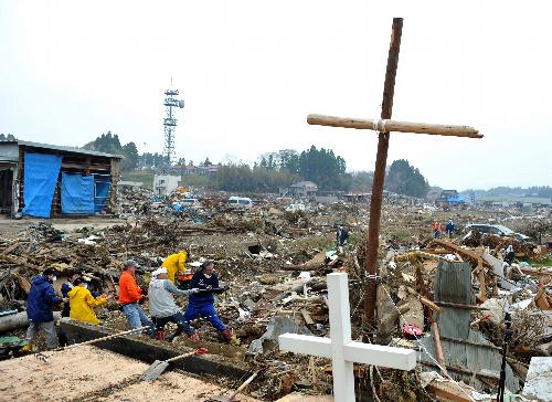 写真:教会跡地に立つ流木の十字架のまわりでがれきが撤去された=1日午前、宮城県気仙沼市、川村直子撮影