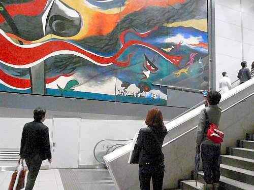 写真:岡本太郎作の巨大壁画「明日の神話」の右下部分にベニヤ板がはられた。福島第一原発の事故を描いたとみられる。1日夜に撤去された=岡本太郎記念館提供