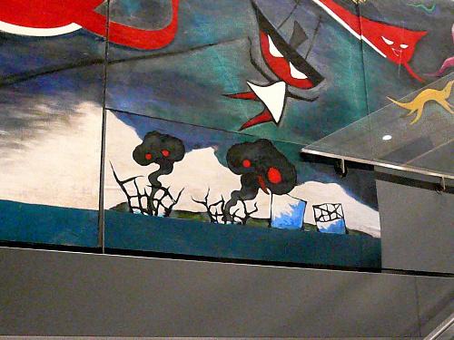 写真:岡本太郎の巨大壁画「明日の神話」の右下部分に張り付けられたベニヤ板。福島第一原発の事故を描いたとみられる=岡本太郎記念館提供
