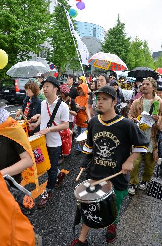 写真:楽器の持ち込みも呼びかけられた「サウンドデモ」。太鼓などを手にした若者が多くいた=東京・渋谷、渡辺元史撮影