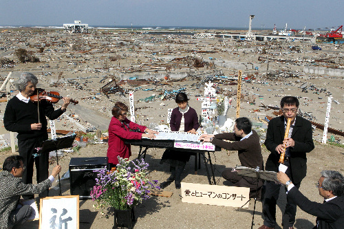 写真:野外コンサートで演奏するバイオリンの松本克巳さん(左)、電子ピアノの相馬泉美さん(中央)、尺八の林真山さん(右)ら=8日午後2時37分、宮城県名取市閖上4丁目、小宮路勝撮影