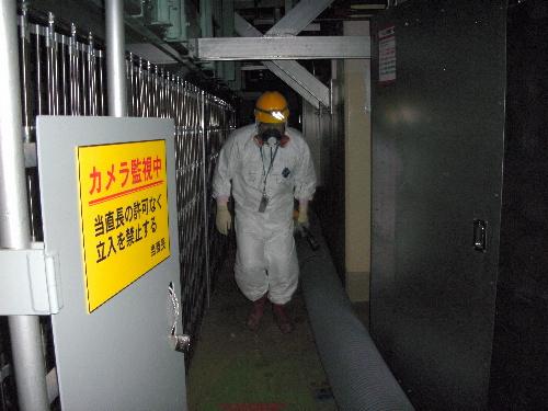写真:福島第一原子力発電所1号機の原子炉建屋内1階北西部。左側に見えるのは制御棒駆動ユニットの周囲の柵=9日午前4時30分ごろ、東電提供