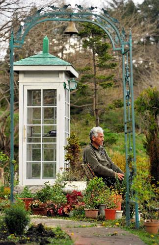 写真:「風の電話ボックス」近くのベンチに座る佐々木格さん=4日、岩手県大槌町吉里吉里、仙波理撮影