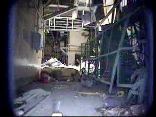 写真:3号機原子炉建屋1階西側。爆発でがれきが散乱。大物搬入口(右側)が開き、光が差している=10日、福島第一原発で、東京電力提供