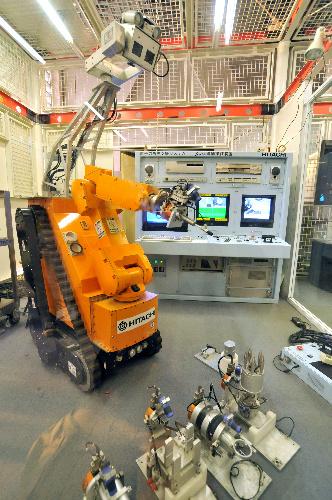 写真:実用化されなかった遠隔操作ロボット「スワン」。今は仙台市科学館の隅に展示されている。アーム先端の「手」を取り換えることで複数の作業ができた。奥にあるのがモニター画面付きの遠隔操作盤=4月16日