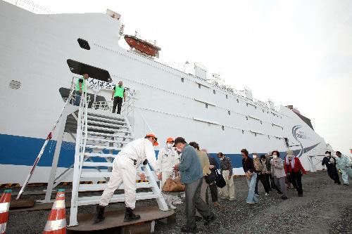 写真:超高速大型貨客船「テクノスーパーライナー」に乗り込む被災者たち=17日午後3時9分、宮城県石巻市、竹谷俊之撮影