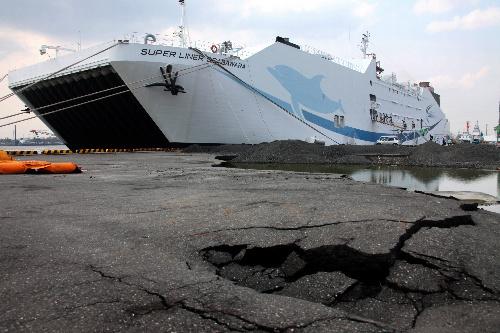 写真:地震で地割れした岸壁に接岸している超高速大型貨客船「テクノスーパーライナー」=17日午後、宮城県石巻市、竹谷俊之撮影
