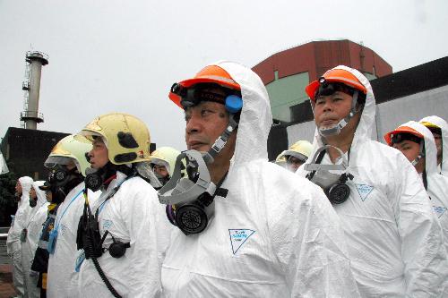 写真:台湾電力第二原発の防災演習で17日、一連の活動を終え集結した作業員=台湾新北市、村上写す