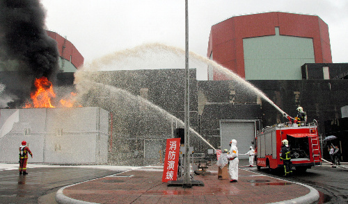 写真:台湾電力第二原発で17日実施した防災演習では、消火活動も行われた=台湾新北市、村上写す