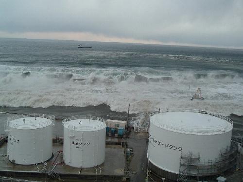 写真:【写真1】防波堤を壊しながら越え敷地に迫る津波=3月11日、東京電力提供