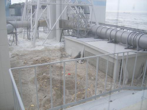 写真:【写真7】標高10メートルの敷地にあった高さ4~5メートルのタンクが完全に水没した=3月11日午後3時43分ごろ、東京電力提供