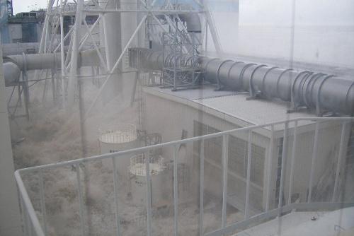 写真:【写真5】押し寄せた津波で水しぶきがあがっている=3月11日午後3時43分ごろ、東京電力提供